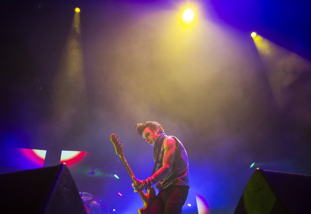 Budapest, 2016. október 27. Simon Gallup basszusgitáros a brit The Cure együttes koncertjén a Papp László Budapest Sportarénában 2016. október 27-én. MTI Fotó: Mohai Balázs