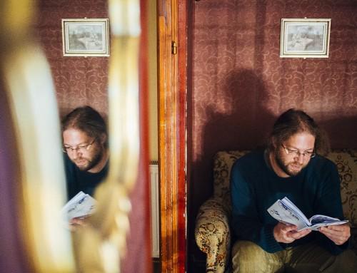"""""""Eszébe ötlött, hogy az ő korában minden rendes költő meg van halva már"""" – interjú Varró Dániellel"""
